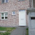 Moderne-sleutel-op-de-deur-nieuwbouw-woning-halfopen-bebouwing
